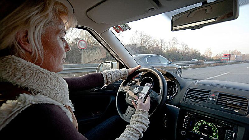 cell_phone_texting_driving_51345