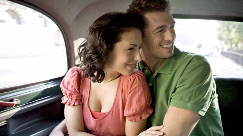 couple-in-taxi