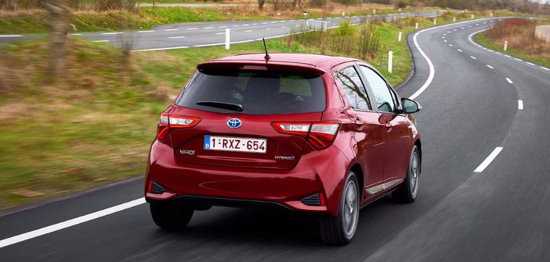 2017-toyota-yaris-hybrid-red-dynamic-12