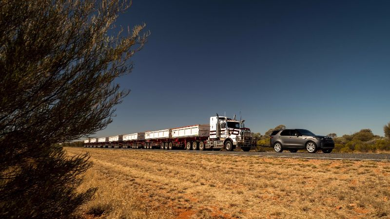 2018-land-rover-discovery-tows-110-ton-road-train (3)