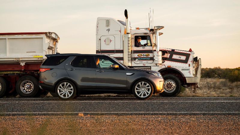 2018-land-rover-discovery-tows-110-ton-road-train (6)